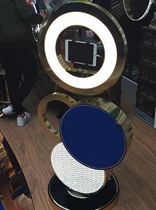 селфі-камера на виставковому стенді
