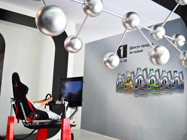 Автосимулятор на виставочному стенді на автомобільній виставці