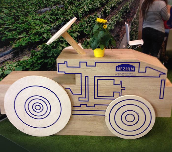 Дерев'яне авто на продуктовій виставці Anuga в Німеччині