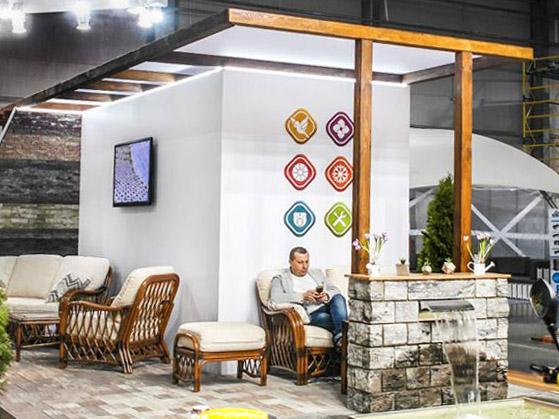 Лаунж-зона з меблями і міні-фонтаном на виставковому стенді