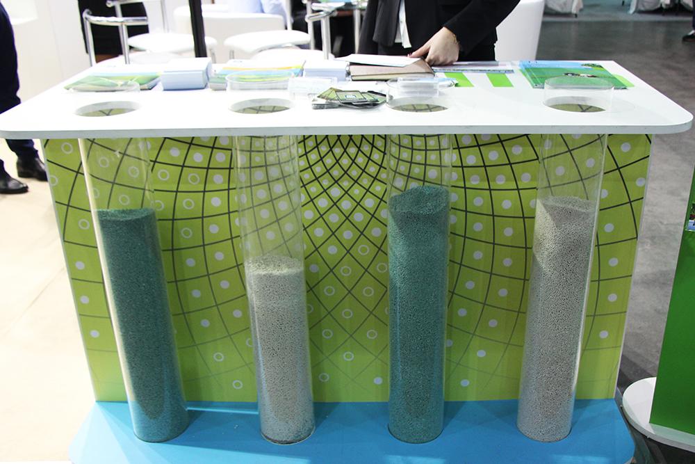 Скляні ковби з продукцією компанії на ексклюзивному  стенді на виставці